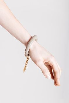 Handcuff bracelet made of beige suede with silver details and galvanized metal components. Galvanized Metal, Bracelet Designs, Statement Jewelry, Handmade Bracelets, Bracelet Making, Beige, Chain, Detail, Silver