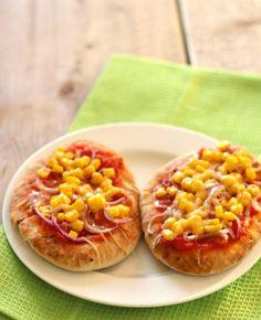 Jammie! Heb je ooit Mexicaanse naanbroodjes gegeten? Het is te vergelijken met een pitabroodje en is daarom te combineren met van alles. Lekker en Simpel belegt de broodjes met maïs, rode ui, geraspte kaas en een tacosausje! Tijd: 30 min.…