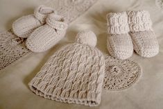 Baby Cakes by Little Cupcakes - Scout Beanie with Boots and Shoes - Pattern An easy knit cable ribbed beanie topped off with a pompom, and to match, the choice of cabled ribbed boots or buttoned shoes. Sizes months This pattern is written in on US). Baby Hunter, Crochet Baby Shoes, Shoe Pattern, Baby Boots, Baby Patterns, Cable Knit, Baby Knitting, Little Ones, Baby Cakes