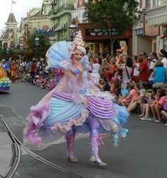 Colorido vestuario acompaña la carroza de Ariel. #Disney Detalle aquí http://mamamoderna.com.mx/2014/06/disney-festival-of-fantasy-parade.html