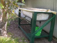 Worms: Old Bath Tub- A stand to support it and place it at a good working height and shadecloth for protection . The juice is collected from the plug hole. The bath is lined with stones to act as a filter and shadecloth to prevent escapees. Outdoor Projects, Garden Projects, Garden Tools, Old Bathtub, Bath Tub, Farm Gardens, Outdoor Gardens, Veggie Gardens, Patio
