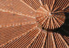 Orange - Toit de tuiles dans le village de Penne (Tarn) © CRT Midi-Pyrénées / D…