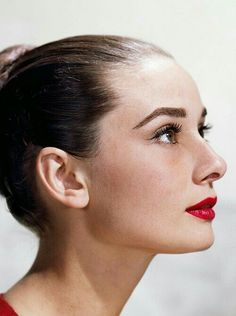Audrey Hepburn was a fashion and style icon with a timeless fashion. Get your Audrey Hepburn style on! Audrey Hepburn Mode, Audrey Hepburn Outfit, Audrey Hepburn Eyebrows, Aubrey Hepburn, Golden Age Of Hollywood, Vintage Hollywood, Classic Hollywood, Divas, Holiday Makeup Looks