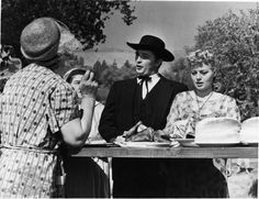 Still Of Robert Mitchum And Shelley Winters In Noaptea Vanatorului Large Picture Golden Age Of Hollywood, Old Hollywood, Classic Hollywood, Shelley Winters, American Crime, Film Releases, Love Film, French Films, Great Films