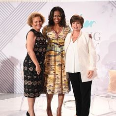 Welcome back Michelle. Barack Obama Family, Malia Obama, Obama Family Pictures, American First Ladies, Barack And Michelle, Beautiful Family, Black Love, Role Models, Fashion Models