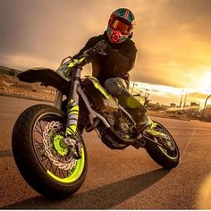 A nosotros nos encantó ese atardecer con actitud y el FXCross. 🔥 🌇 🔥 HjcHelmets HJCColombia Repost with ・・・ What a crazy shot of 🔥 . Motocross Love, Enduro Motocross, Bmx, Moto Car, Moto Bike, Motard Bikes, Ktm Supermoto, Scrambler, Ducati