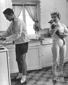 An image of Paul Newman and Joanne Woodward in their kitchen photo taken at their Beverly Hills home in 1958 for the Saturday Evening Post by Sid Avery. [Not even Paul Newman can pull off white socks. Great Love Stories, Love Story, Vintage Hollywood, Classic Hollywood, Hollywood Couples, Celebrity Couples, Celebrity Dogs, Hollywood Style, Hollywood Icons