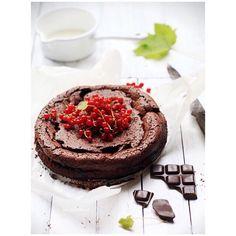 Tak mi się dziś chce jakiegoś 'torta', że wysłałam dziecko po czekolady, żeby upiec ciasto czekoladowe (to stare zdjęcie, a przepis, dla chętnych, wrzucam na instastories). Na co macie dzisiaj chęć? ❤️🍫 ~~~~~~~~~~~~~~~ Przepis: 👉🏻na blogu @whiteplatecom pod datą 25.07.2011 👉🏻ciasto czekoladowe Sophie Dahl __________________________________ #chocolatecake