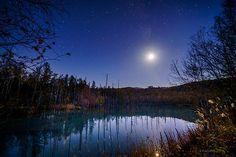 秋深い北海道。透明な夜、月と星。 (本日宵、美瑛町にて撮影。天の川の中にいる月は上弦前ですが明るすぎて形は写っていません)