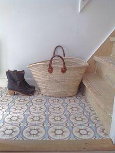 sol carrelage en carreaux de ciment bleu en bas d'un escalier, joli panier en osier > tile, maison, décoration, lifestyle
