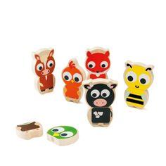 Cette farandole des animaux est composée de 16 pièces en bois aimantées faciles à manipuler. En les assemblant deux par deux, une tête et un corps, l'enfant reconstitue 8 animaux : une vache, une abeille, un cochon, un cheval, un oiseau, un chat, un poussin et un renard. Et pourquoi ne pourrait-il pas aussi laisser libre cours à son imagination et inventer de nouveaux animaux
