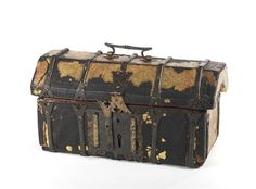 Museu Nacional de Machado de Castro | Cofre | 1501 dC - 1530 dC | Dimensões:16,5 x 34 x 16 cm | Autoria / Produção:Desconhecido | Madeira, couro, ferro forjado e veludo | © DGPC