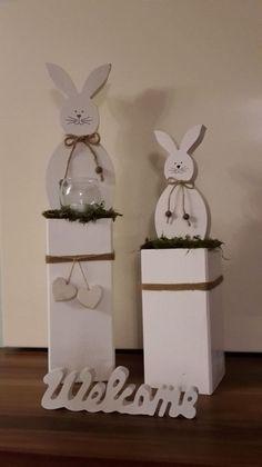 Wunderschöne Oster-Deko! Weißer Hase und Glas-Windlicht im Naturgras auf massiver Holzsäule, verziert mit schönen Natur-Bändern und weißen Holz-Herzen! Höhe:50 cm Breite Holzstamm:10x10...