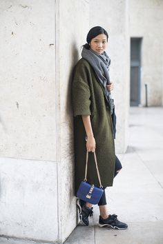 khaki coat, grey scarf and blue bag Street Style: Spring 2015 Couture – Vogue Fashion Niños, Fashion Week, Winter Fashion, Fashion Trends, Paris Fashion, Couture Fashion, Street Fashion, Nordic Fashion, Fashion Ideas