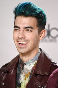 Joe Jonas com uma boa opção para quem quer alegrar o visual colorindo os fios! Joe Jonas With a good option for who wants cheering up the look coloring the hair!