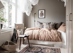 8x interieurs met taupe kleurige muren Interior Color Schemes, Grey And Beige, Knitted Throws, Neutral Palette, Timeless Classic, Colorful Interiors, Rattan, Interior Decorating, Colours