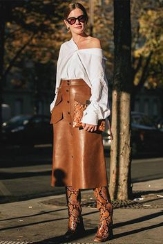 Trendy snakeskin boots with casual chic tan leather skirt and white blouse. Look Fashion, Autumn Fashion, Fashion Outfits, Brown Fashion, Leather Fashion, Daily Fashion, Mode Chic, Mode Style, Mode Monochrome