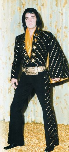 Elvis backstage at the Hilton posing to show his new suit in january 1972.