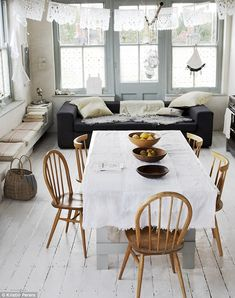 open-plan kitchen incorporates living and dining spaces divan built in seating Dining Area, Kitchen Dining, Dining Table, Dining Room, Kitchen Rustic, Room Kitchen, Elle Decor, Casa Patio, Sweet Home