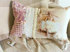 Cuscino  Lungo  molto  romantico  x chi  ama  la  danza ....con  tulle, perle , pizzo  macramè ,fiocchi  e roselline ... voglia  di  liberta  e di  primavera