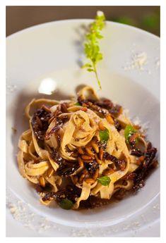 TAGLIATELLE CON PIÑONES, TOMATES Y TRUFA Japchae, Spaghetti, Food And Drink, Cooking, Healthy, Ethnic Recipes, Book, Gastronomia, Pasta Sauces