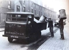 This is how the household rubbish was collected when I was young in Birmingham England City Of Birmingham, Birmingham England, Working Man, Working Class, The Second City, Peaky Blinders, Places Of Interest, Historical Photos, Old Town