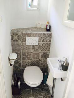 Wandtoilet en urinoir met stroken tegels op achterwand in dezelfde kleur als de vloertegel - Model badkamer betegeld ...