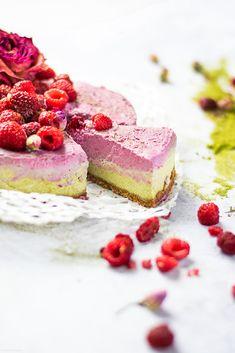 MEDIHEMP Bio Hatcha® Latte Cheesecake 💚🍰 Wer möchte ein Stück von diesem Hatcha®-Himbeer Cheesecake mit einem Hauch Kokos und der karamelligen Süße von Datteln? 🙋🏼♀️🍰 Ein sommerlich-kühlendes und erfrischendes Rezept mit Schokoladenkeks-Boden, das den wunderbaren Geschmack unseres Bio Hatcha® Latte mit der Süße von Himbeeren, Datteln und Kokos vereint 🥥 Latte, Bio Spirulina, Food, Healthy Desserts, Chocolate Kiss Cookies, Vegane Rezepte, Dessert Ideas, Food Food, Essen