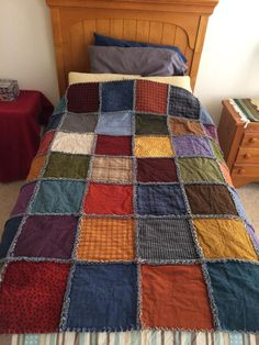 Sewing Projects: Unusual Rag Quilt With Colorful Design diy projects Rag quilts are wonderful for the first time quilting project. Rag quilts are so great to snuggle under. Denim Quilts, Denim Quilt Patterns, Blue Jean Quilts, Flannel Quilts, Patchwork Jeans, Bag Patterns, Jean Crafts, Denim Crafts, Jean Diy