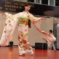 「高島屋京友禅着物ファッションショー」 写真集 千總の京友禅 着物モデル番号13 登場順番16番 赤い花がらの着物、緑の帯、激しい動き