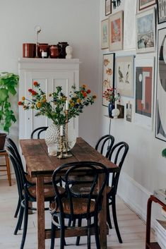 Simple farmhouse dining table, fresh flowers, pict… – Chair dining Farmhouse Flowers Fresh chair dining Farmhous farmhouse flowers fresh homedecorart home Decor, Small Living Room Decor, Dining Room Small, Kitchen Table Decor, Living Room Decor, Farmhouse Dining Table, Dining Room Decor, Dining Room Table Centerpieces, Living Decor