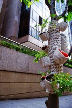 Yarn bombing meets guerrilla gardening, LOVE THIS! Knit Art, Crochet Art, Crochet Home, Knit Or Crochet, Freeform Crochet, Crochet Things, Guerilla Knitting, Urbane Kunst, Land Art