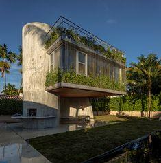 Uma casa em brises, concreto e curvas.