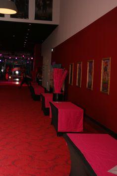 Tafel met zwarte stretch hoezen en rode lopers