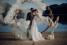 Eine traumhaft eisige Winterhochzeit am Seeufer Dusty Blue, Wedding Dresses, Weddings, Style, Black Candles, Church Decorations, Bow Wedding, Bridesmaids, Bride Dresses