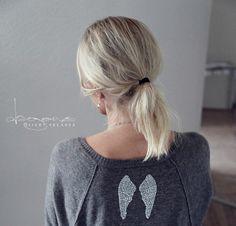 diamante angel wings on grey sweater - dagens siipiä ja korviksia2 divaaniblogit.fi/vaaleanpunainenhirsitalo