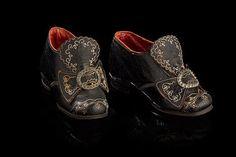 Paire de souliers d'enfant en cuir finement piqué. Les boucles en métal à décor de pointes de diamants. Epoque Louis XVI. (late 18th c)