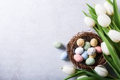 Beautiful white tulips with colorful quail eggs in nest on light gray stone background. Spring and Easter holiday concept with copy space. Pink And White Background, White And Pink Roses, White Tulips, Rose Frame, Flower Frame, Watercolor Leaves, Floral Watercolor, William Morris, Phone Wallpaper Images