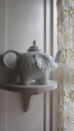 Etsy の Porcelain Elephant Tea Pot by sonjaamytaylor Teapots Unique, Tea For One, Teapots And Cups, Tea Art, Chocolate Pots, Tea Time, Tea Cups, Elephant, Pottery
