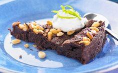 Tämä gluteeniton, jauhoton ja vähähiilihydraattinen suklaakakku saa lisämakua limestä ja pinjansiemenistä. Sopii myös karppaajan ruokavalioon. Käytä kakun valmistamiseen mahdollisimman tummaa suklaata!