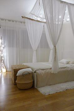 Chambre façon cabane chic avec lit perroquet (lit à baldaquin suspendu par le plafond), voilage et bois flotté, tapis cosy   beige, crème, blanc et bois clair