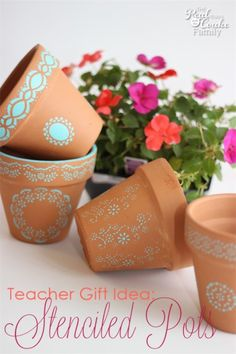 Gifts ~ Make Stenciled Pots Great gift idea for teacher gifts or other gifts to make these beautiful DIY stenciled pots.Great gift idea for teacher gifts or other gifts to make these beautiful DIY stenciled pots. Painted Clay Pots, Painted Flower Pots, Homemade Gifts, Diy Gifts, Deco Nouvel An, Pots D'argile, Mason Jar Vases, Clay Pot Crafts, Cactus Y Suculentas