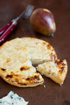 :) Birnen Roquefort Tarte - Parmesan-Mürbeteig und Blauschimmelkäse-Birnen-Zwiebel-griechischer Joghurt-Belag - mal was anderes, auch mit Camembert oder Ziegenkäse - http://www.franzoesischkochen.de/quiche-poires-et-roquefort-quiche-mit-birnen-und-blauschimmelkaese/