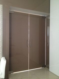 Dvojkrídlové dvere z farebného lepeného bezpečnostného skla.