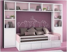 Ruangan kosong di sekililing tempat tidur juga bisa bermanfaat.