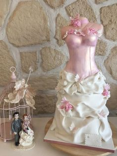 it is the reproduction of my wedding dress and the chance of the calendar wanted me to finish the day of our wedding anniversary! Gorgeous Cakes, Pretty Cakes, Cute Cakes, Amazing Cakes, Girly Cakes, Fancy Cakes, Wedding Cupcakes, Wedding Cake Toppers, Wedding Dress Cake