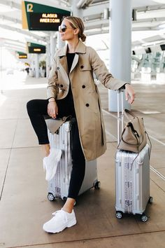 Fashion Jackson Airport Travel Outfit Trench Coat Black Skinny Jeans Reebok Aztrek White Sneakers Rimowa Luggage Source by mairadominguez sneakers outfit Spring Outfits Classy, Winter Fashion Outfits, Winter Outfits, Casual Outfits, Outfit Summer, Airport Outfit Spring, Classic Outfits For Women, Spring Outfits Women, Casual Attire