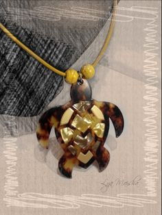Colgante Tortuga multicolor en #Carey y #nacar. Swarovski, Tortoise Shell, Shells, Color, Jewelry, Malachite, Hair Combs, Crafts To Make, Pendants