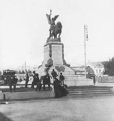 Al parecer, la plaza se llamó Plaza Colón hasta 1910, cuando en ocasión de celebrarse el centenario de la independencia chilena, el gobierno de Italia regaló al país la estatua de un arcángel alado con un león que fue instalada en el centro de la plaza y que dio origen al cambio de nombre En 1927 se remodeló la plaza y se ubicó en el centro la estatua del General Baquedano tomando oficialmente el nombre de Plaza Baquedano.