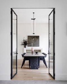 Toorak2 house é uma morada de 1983 em estilo georgiano, reformada por Robson Rak Architects (@robsonrakarchitects), que eliminou todos os problemas de estilo das casas da década de 1980 - mas mantendo a essência da residência. O retrofit criou espaços multifuncionais e modernizou outros, visando o bem-estar da família. Na foto, a sala de jantar conecta-se ao living através de um par de portas de vidro. Foto: Brooke Holm (@brookeholm) / Marsha Golemac (@marshagolemac).